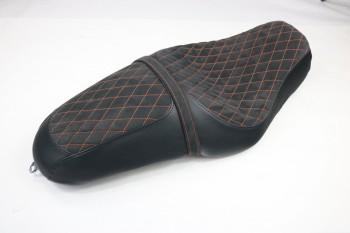 1200 Custom Sitzbank Alcantara mit Rauten und Leder seitlich